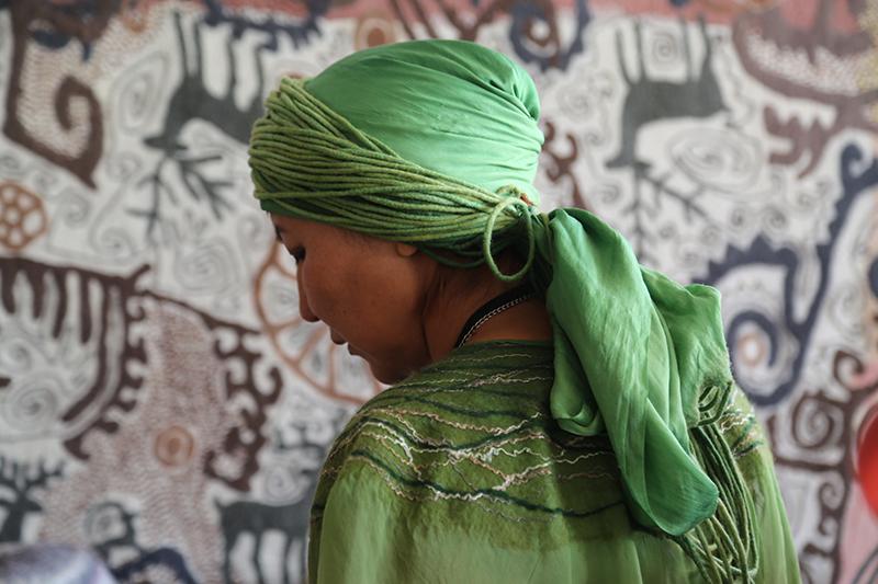 Mujer en textiles verdes: Registro fotográfico Marcella Echavarría